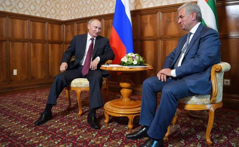 Preşedintele rus Vladimir Putin (st) se întâlneşte cu Raul Khadzhimba, liderul regiunii separatiste georgiene Abhazia, în Abhazia,  Georgia, 8 august 2017.