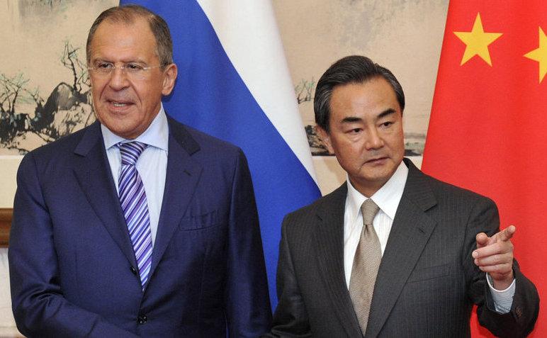 Ministrul rus de externe Serghei Lavrov (st) şi omologul său chinez Wang Yi, 15 aprilie 2014, în Beijing, China.