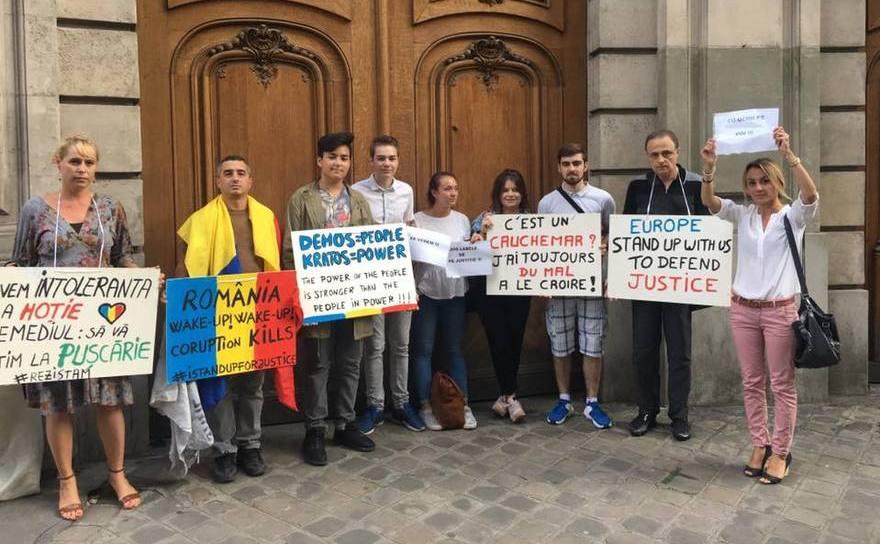 Protest în faţa Ambasadei României la Paris
