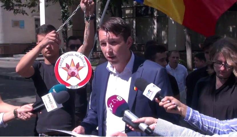 """Ilie Creţu împreună cu alţi tineri liberali protestează la Preşedinţie, totodată oferindu-i lui Dodon medalia """"Trădătorul neamului"""""""