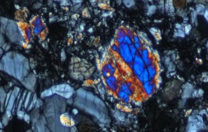 Imaginea de lumină polarizată a unei porţiuni din interiorul pietrei lunare 'Rusty Rock'