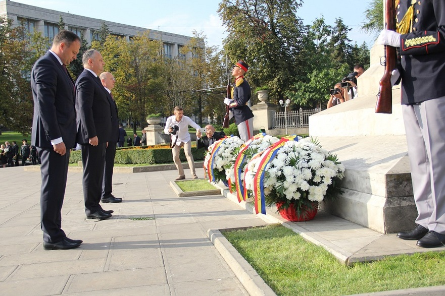 Depunere de flori la Monumentul Ştefan cel Mare de Ziua Independenţei R. Moldova
