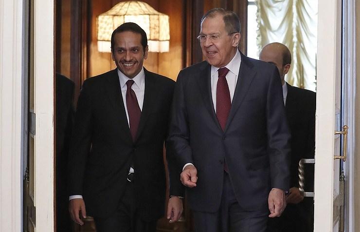 Ministrul rus de externe Serghei Lavrov (dr) şi omologul său din Qatar, şeicul Mohammed bin Abdulrahman Al-Thani.