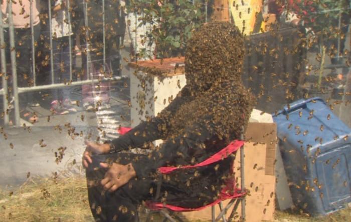 Apicultorul Juan Carlos Noguez Ortiz a rămas acoperit cu peste 100.000 albine, timp de 61 de minute, stabilind un nou record