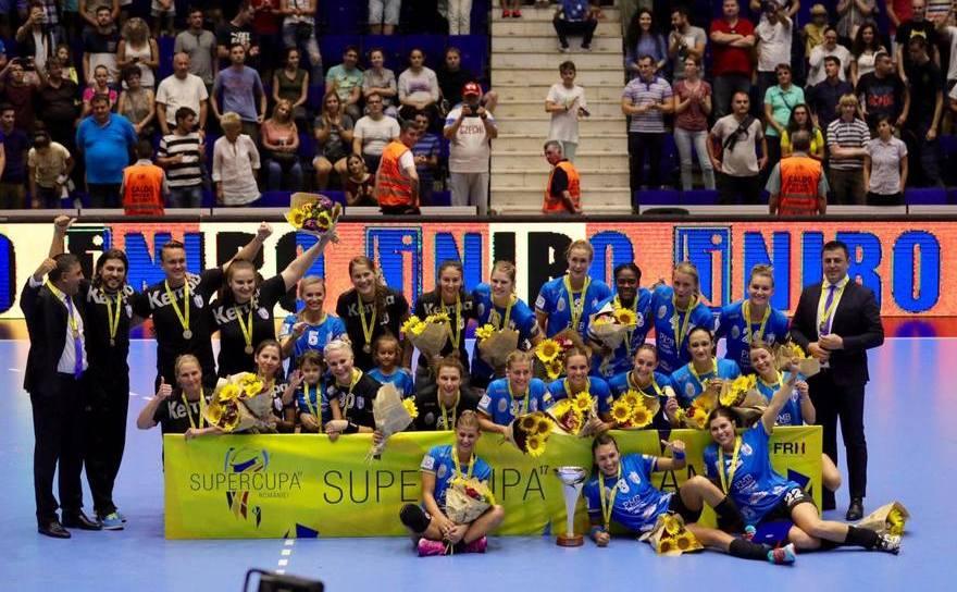 Echipa de handbal feminin CSM Bucureşti, câştigătoarea Supercupei României.