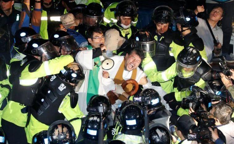 Ciocniri violente între poliţie şi opozanţi ai amplasării sistemului american THAAD în Seongju, Coreea de Sud, 7 septembrie 2017.