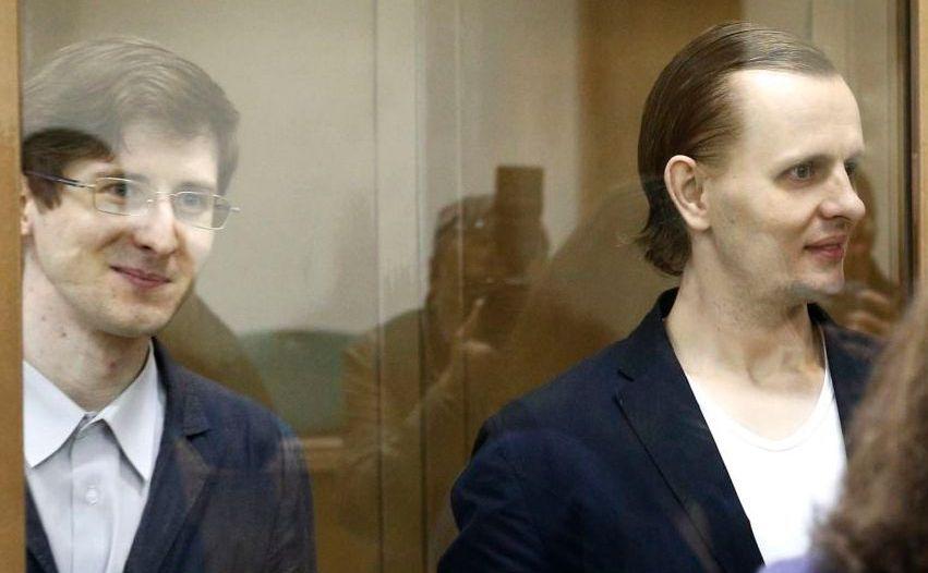 Aleksandr Filinov (st) şi Konstantin Tepliakov, membri ai colectivului de hackeri Shaltai Boltai, apar la un tribunal din Moscova în 6 septembrie 2017.