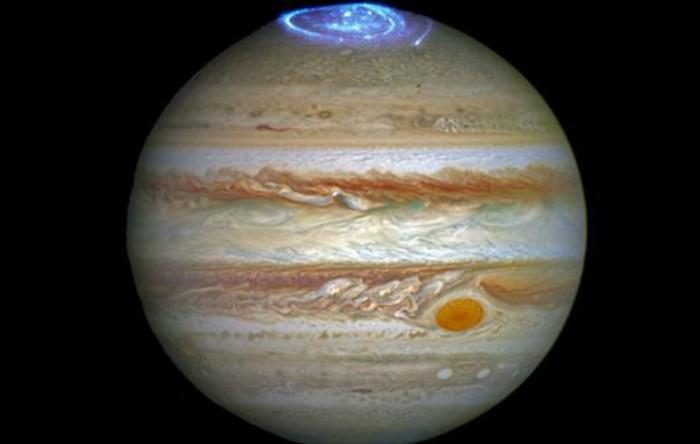 Auroră în regiunea polară a lui Jupiter