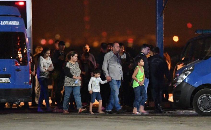 Un grup de imigranţi se pregăteşte să se îmbarce în autobuze la un centru de refugiaţi din portul Midia, în apropiere de staţiunea Năvodari, 13 septembrie 2017.