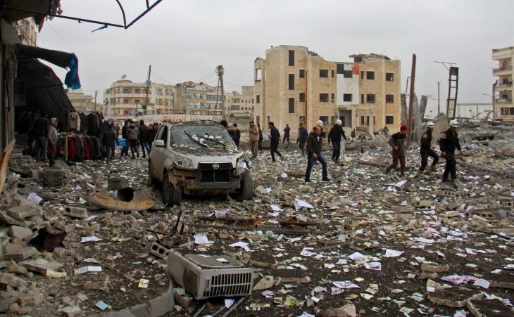 Scena unei lovituri aeriene asupra unei staţii de autobuz în oraşul Idlib, capitala provinciei siriene cu acelaşi nume.