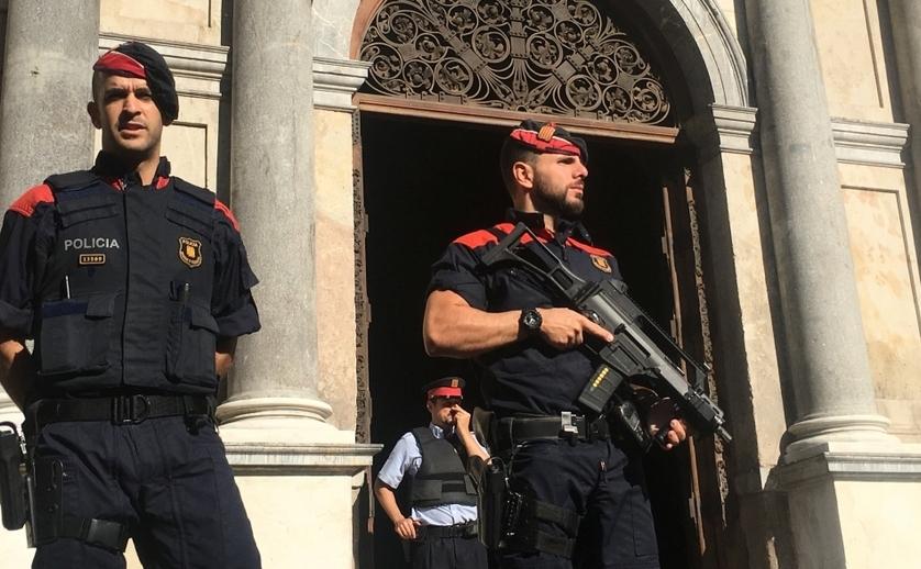 Membri ai forţei de poliţie din regiunea spaniolă Catalonia.