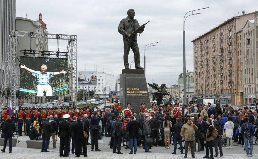 Statuie dedicată inventatorului puştii de asalt AK-47, Mihail Kalaşnikov.