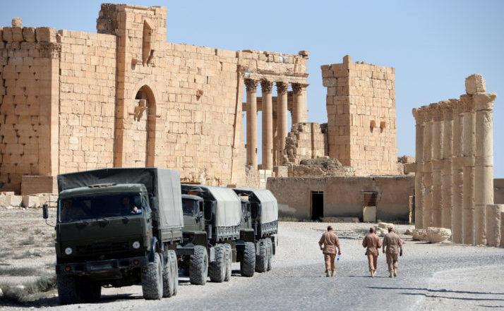 Soldaţi ruşi patrulează în orasul antic sirian Palmyra în 2016.