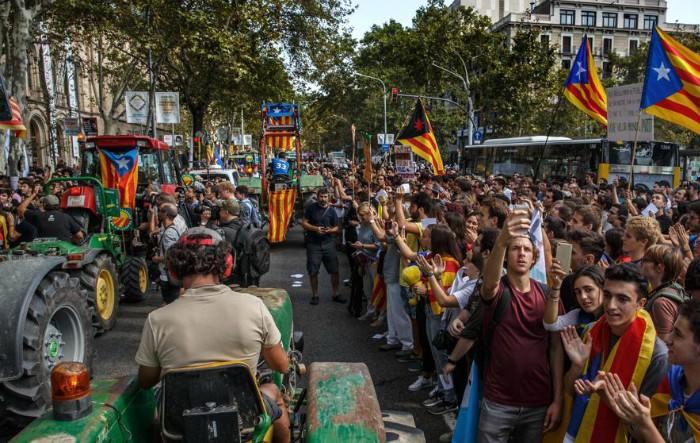 În imagine, fermierii au ajuns în Place Universitat de Barcelona unde au fost primiţi de către studenţi