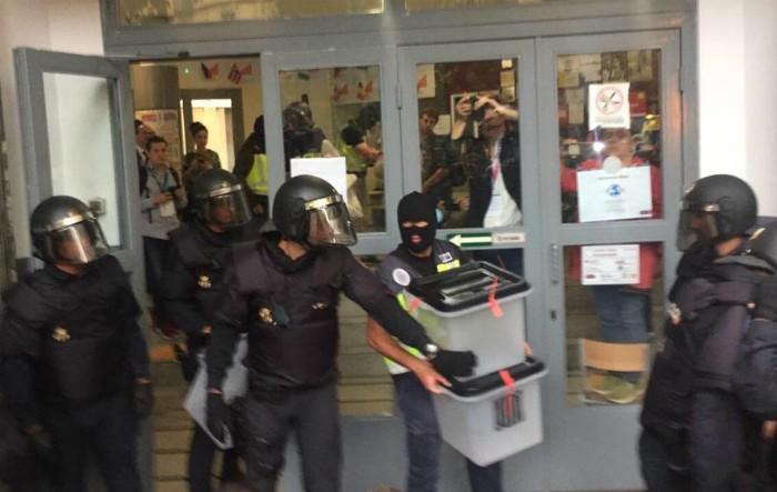 Poliţia Naţională confiscă buletinele de vot la o secţie de votare în Barcelona, 1 octombrie 2017