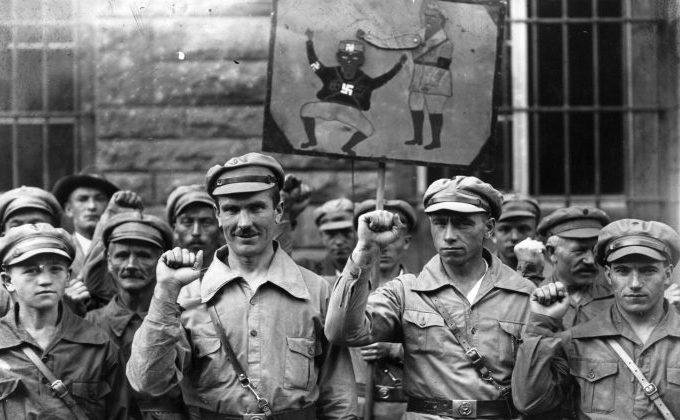 Membrii  organizaţiei extremiste Antifa salută cu pumnul strâns pe 1 septembrie 1928. Intenţia iniţială a grupului a fost să  aducă o dictatură comunistă în Germania