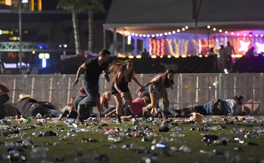 Tineri adăpostindu-se de gloanţe în timpul masacrului din Las Vegas
