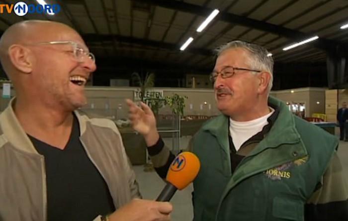 Un jurnalist îl intervievează pe fermierul avicol Frederik van Wijk
