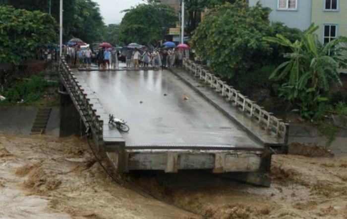 Un pod prăbuşit miercuri în provincia nordică Yen Bai, Vietnam, în timpul ploilor torenţiale
