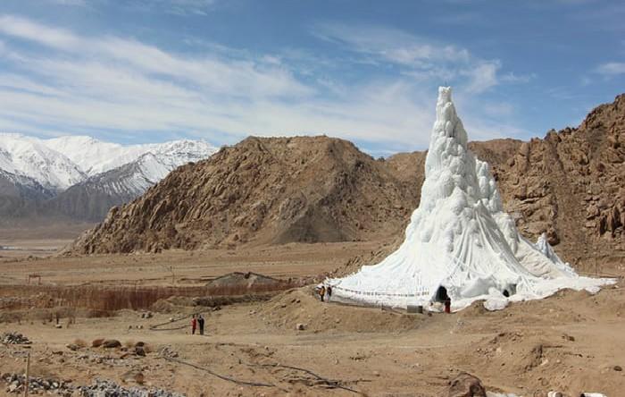 Gheţar artificial construit în Himalaya