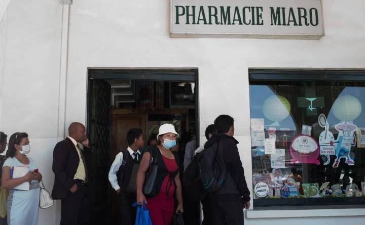 Oamenii stau la coadă în centrul capitalei Madagascarului, Antananarivo, pentru a cumpăra măşti de protecţie împotriva infecţiilor şi medicamente împotriva ciumei.