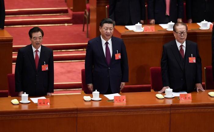 Preşedintele chinez Xi Jinping (centru) participă alături de foştii preşedinti Jiang Zemin (dr) şi Hu Jintao (st) la deschiderea celui de-al 19-lea Congres al Partidului Comunist Chinez, în Beijing, 18 octombrie 2017.