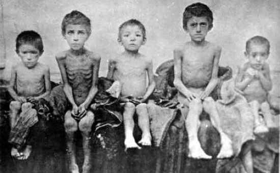 Copii din perioada Holodomorului - o foamete creată artificial de Stalin, care a omorât peste 7 milioane de vieţi între 1932 şi 1933