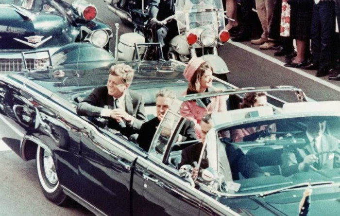 22  noiembrie 1963. John Fitzgerald  Kennedy, însoţit de soţia sa, Jacqueline, în Dallas  (SUA), cu câteva momente înainte să fie asasinat