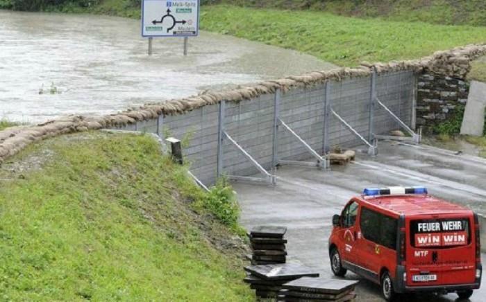 Acest perete anti-inundaţie a fost testat în Austria în timpul inundaţiilor masive din 2013