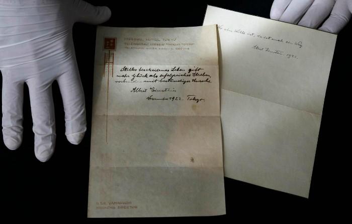 Două note scrise de Albert Einstein descriu pe scurt teoria sa despre fericire.