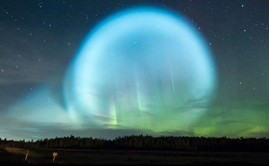 O minge luminoasă bizară apare pe cerul nordului Siberiei în 27 octombrie 2017.