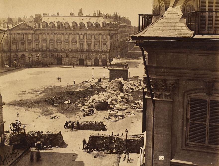 Rămăşiţele Coloanei Vendôme Column, construită de Napoleon, după ce a fost distrusă de bandele Comunei din Paris, conduse de Gustave Courbet pe 16 mai 1871