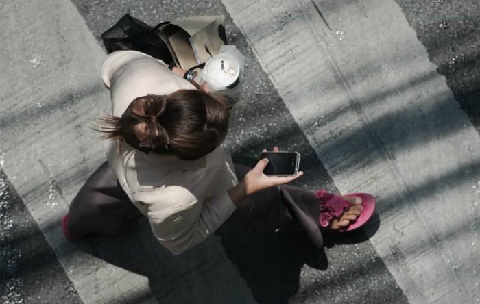 Femeie pe trecerea de pietoni
