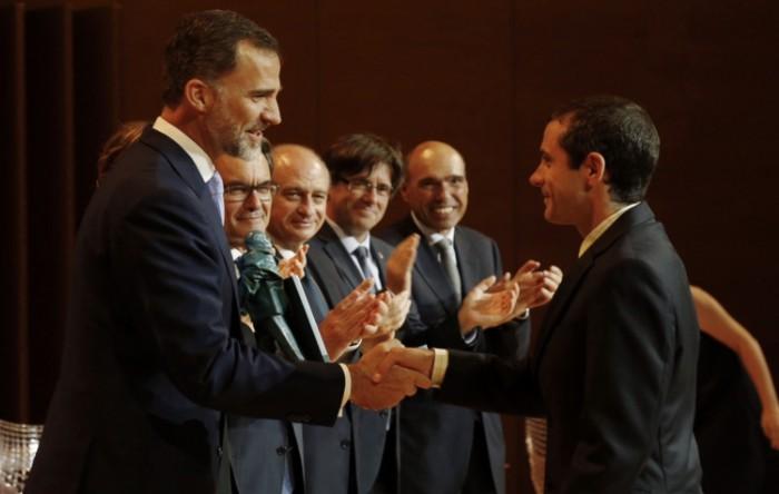 Imagine cu Bernat Ollé care a primit premiul din mâna regelui Felipe al VI-lea, în Gerona, Catalonia
