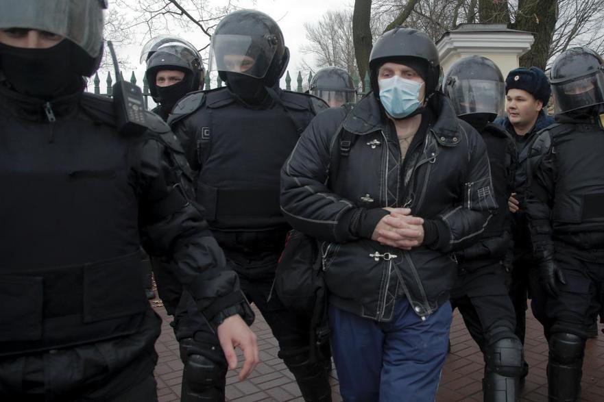 Poliţia arestează un bărbat în timpul unui protest anti-Kremlin în St.   Petersburg, 5 noiembrie. Sute de persoane au fost arestate duminică în alte câteva oraşe din Rusia, inclusiv Moscova, pentru participare la proteste anti-guvern.