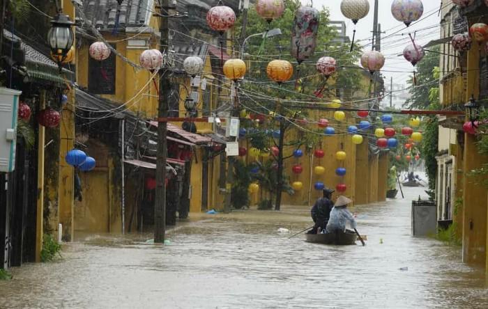 Taifunul Damrey provoacă inundaţii în oraşul Hội An, Vietnam
