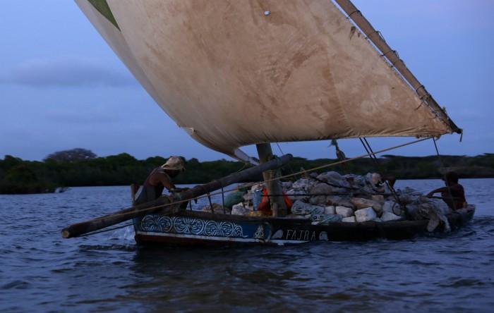 Dhow, o mică barcă de navigaţie tradiţională din Lamu, Kenia