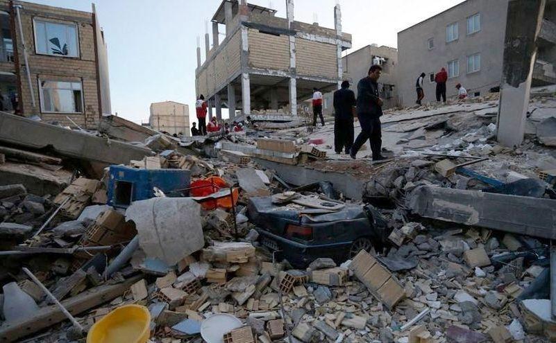 Oamenii caută supravieţuitori după un cutremur puternic care a lovit la graniţa dintre Irak şi Iran. În imagine, localitatea Sarpol-e Zahab în provincia iraniană Kermanshah, după cutremurul din 12 noiembrie 2017.