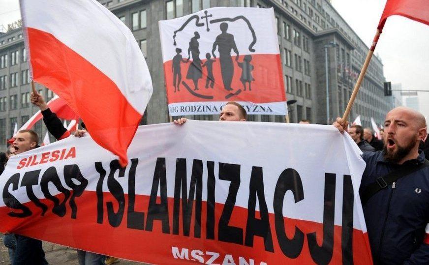 Zeci de mii de polonezi participă la un marş comemorativ în Varşovia, 11 noiembrie 2017.