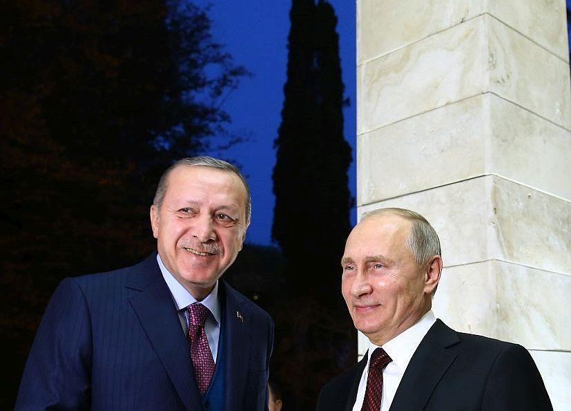 Preşedintele turc Recep Tayyip Erdogan (st) şi omologul său rus Vladimir  Putin în timpul întâlnirii lor din Soci, Rusia, 13 noiembrie 2017.