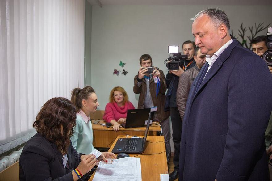 Igor Dodon la secţia de vot 19.11.2017