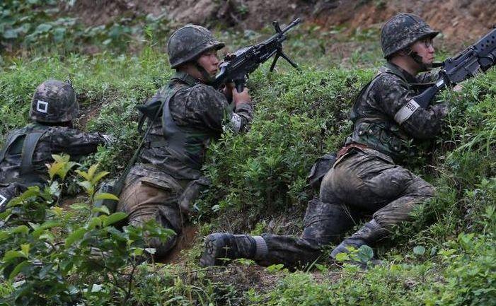 Soldaţi sud-coreeni în patrulă