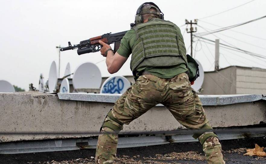 Luptător separatist pro-rus în oraşul Lugansk, din estul Ucrainei.