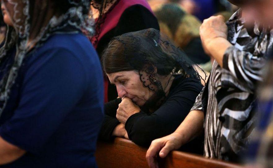 Creştini se roagă într-o biserică din nordul Irakului.