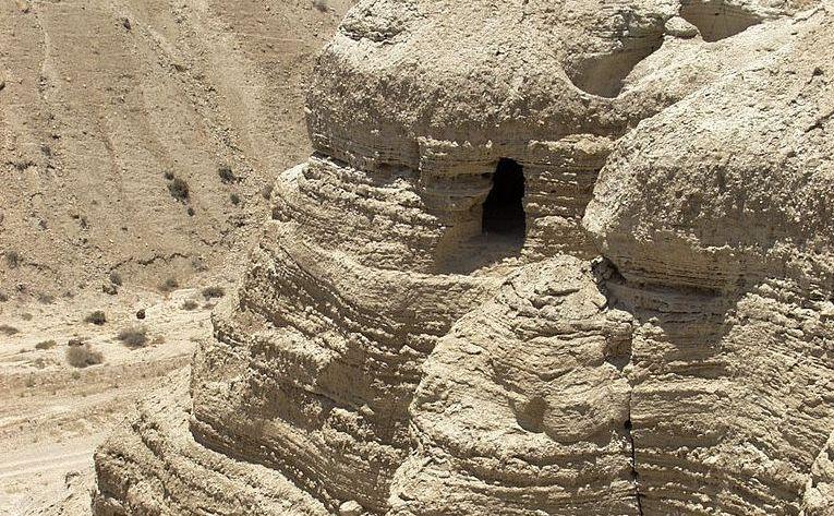 Peştera din Qumran, Cisiordania, unde au fost găsite Manuscrisele de la Marea Moartă.