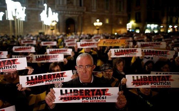 Protest pentru eliberarea din închisoare a foştilor oficiali catalani, 4 decembrie 2017, în Piaţa Sfântul Iacob din Barcelona.