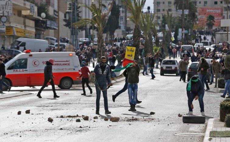 Ciocniri între manifestanţi palestinieni şi soldaţi israelieni în apropiere de un punct de control israelian în oraşul Ramallah din Cisiordania, 7 august 2017.