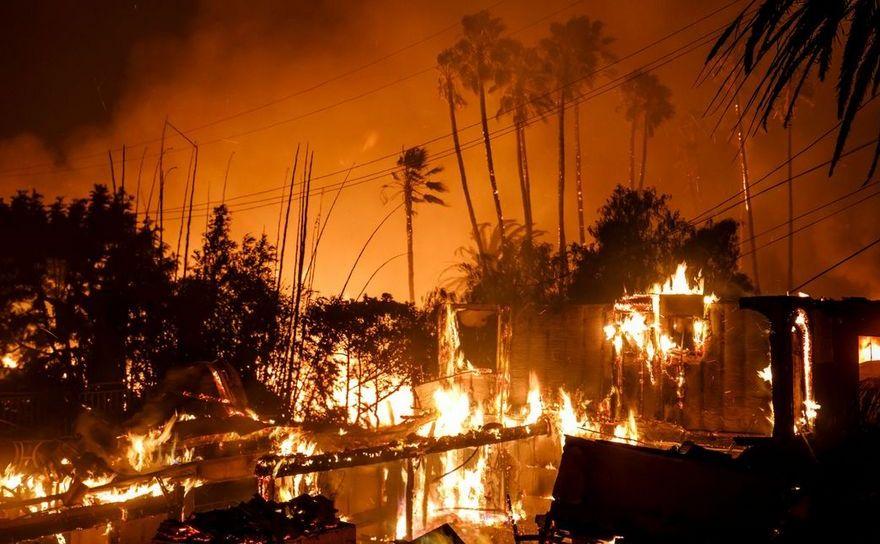 Casa distrusă de un incendiu în Ventura, California, 5 decembrie 2017.