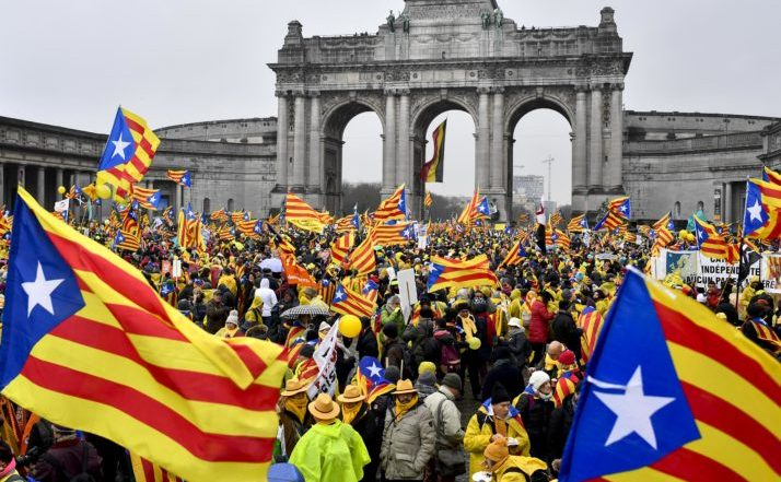 Mii de catalani flutură steaguri ale regiunii Catalonia în timpul unei demonstraţii pro-independenţă în Bruxelles, 7 decembrie 2017.