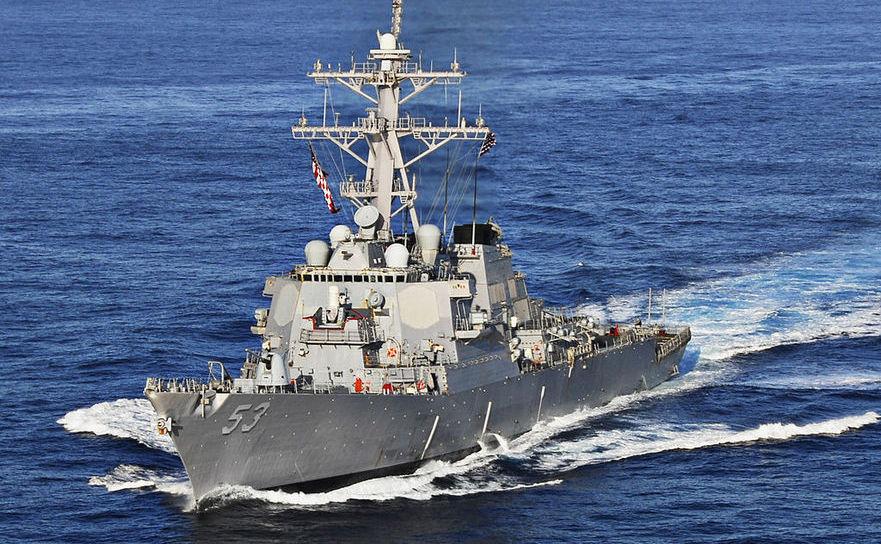 Distrugătorul american USS John Paul Jones, echipat cu un sistem de rachete Aegis.